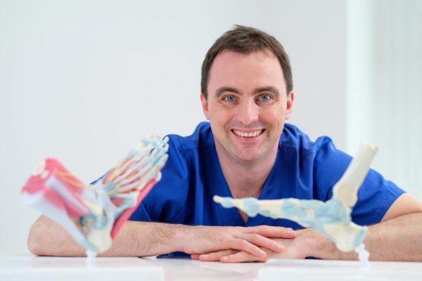 Dr. Stefan Böhr mit Fußmodellen